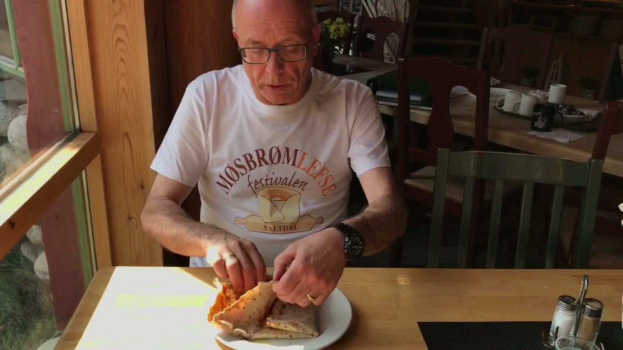 Video: Sånn skal du spise møsbrømlefsa, ifølge eksperten selv