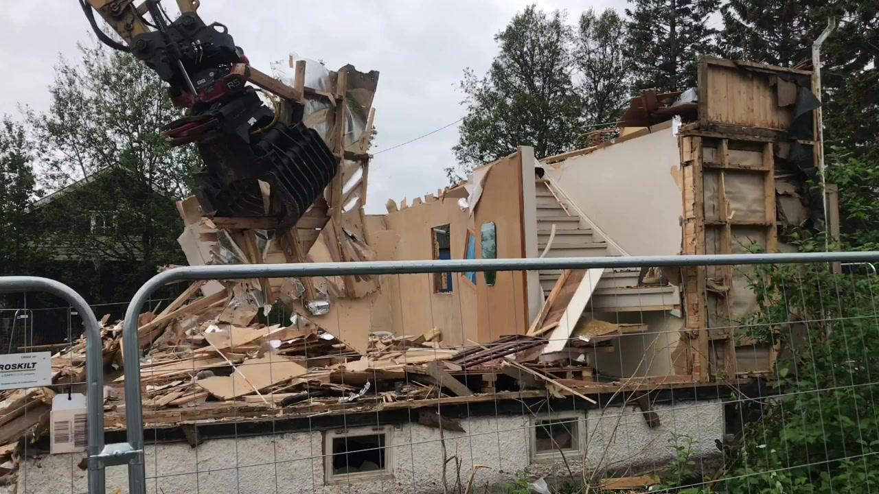 SE VIDEO: Her røsker gravemaskinen tak i den siste veggen på det som var et hjem