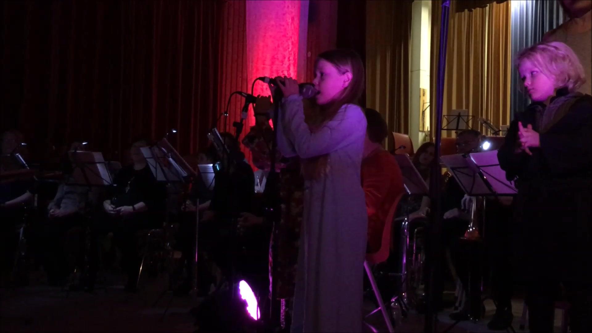 Barnekoret synger i Valnesfjord