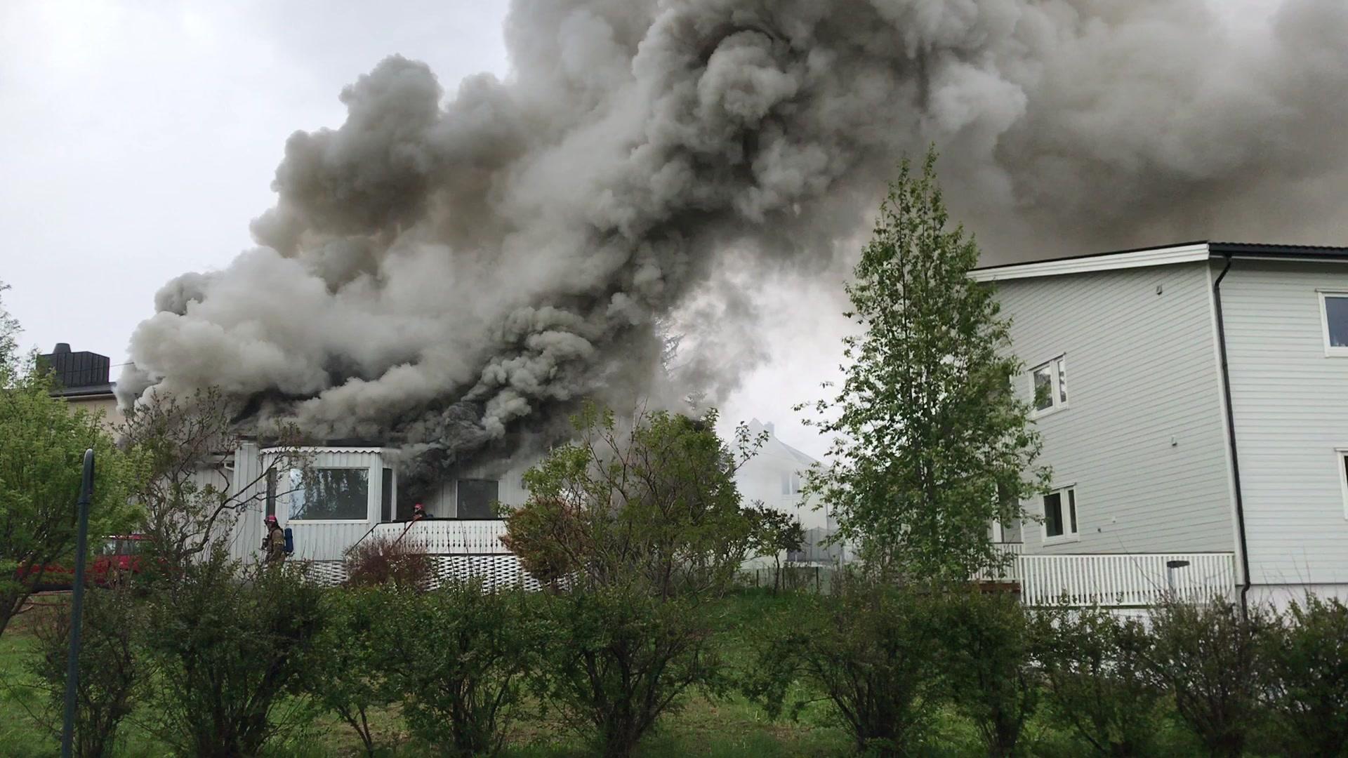 Røyken veltet ut fra huset