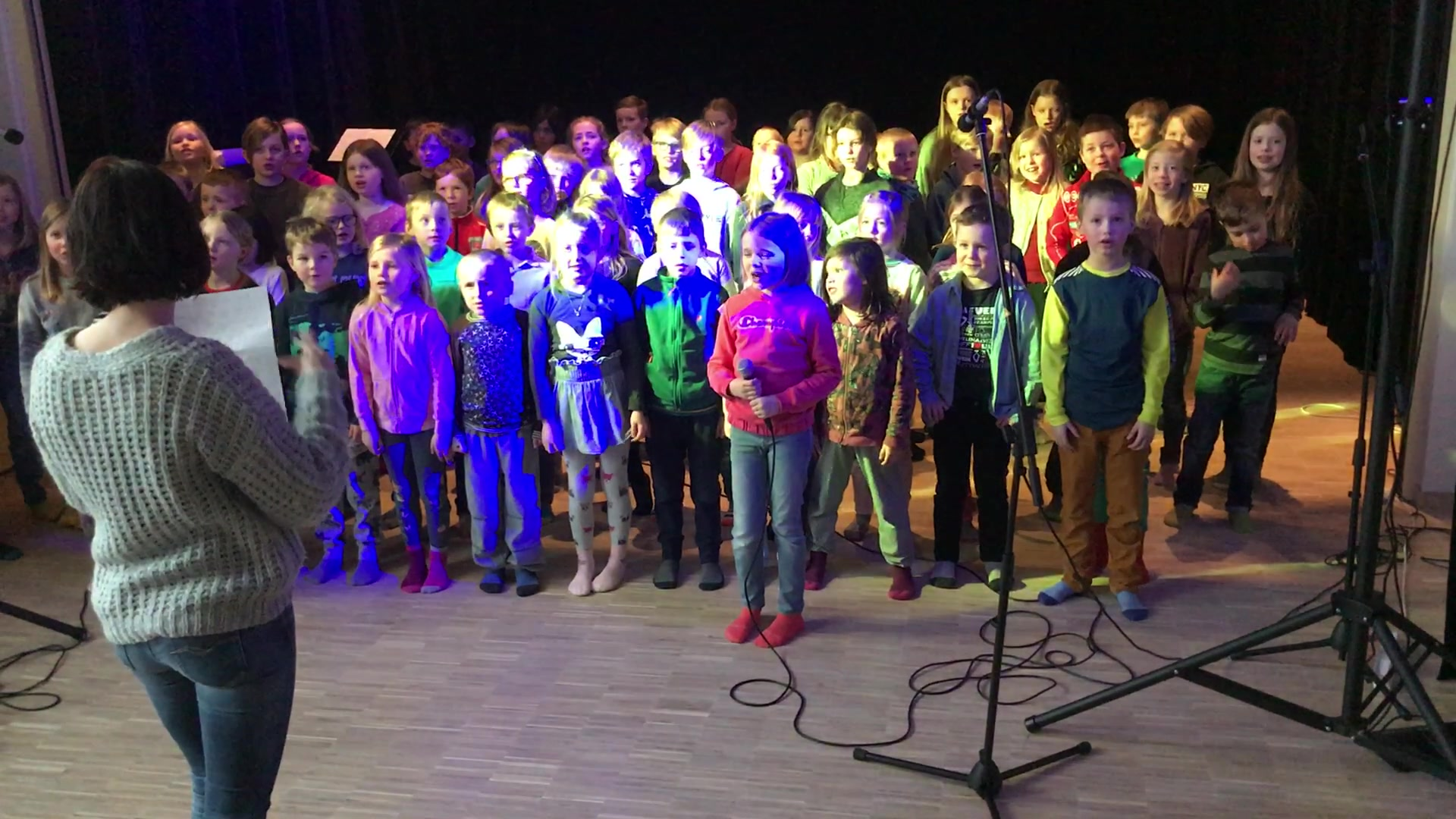Valnesfjord barnekor feirer nyskolen
