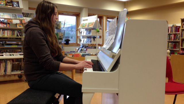 Janin spiller piano