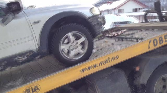 Fjerner bil fra bygning
